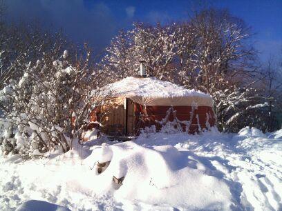 Yourte contemporaine neige
