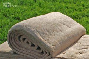 Photo d'un rouleau d'isolant en chanvre pour les yourtes.