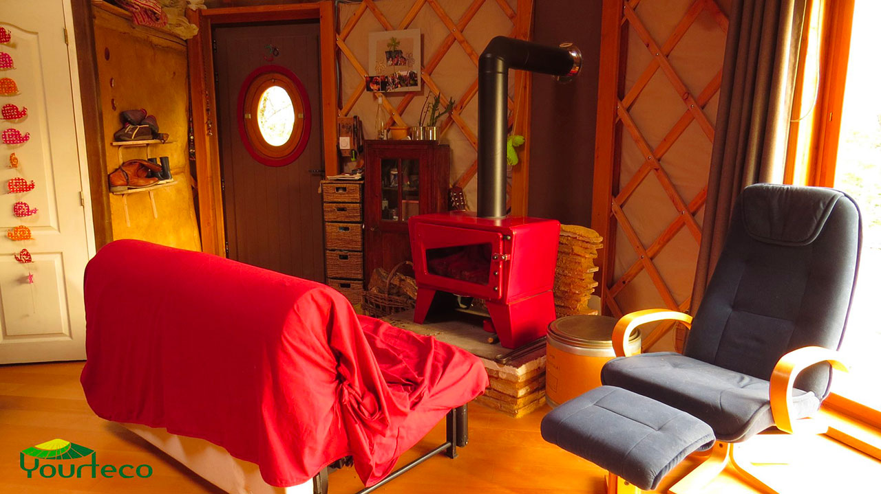 Salon de yourte contemporaine avec un poêle à bois